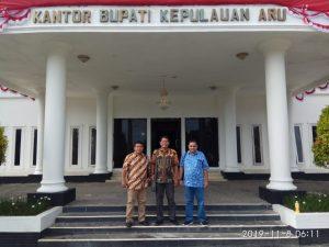 Foto Bersama di depan Kantor Bupati Kabupaten Kepulauan Aru